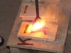 und ins Holz eingebrannt